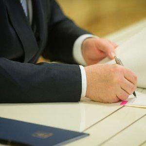 Порошенко подписал закон об отмене печатей