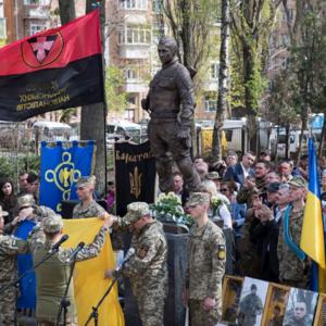 В Киеве открыли памятник погибшему в Донбассе военному