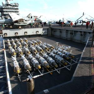США могут оставить авианосец в Средиземном море из-за России
