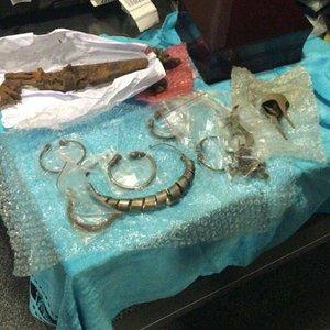 """В """"Борисполе"""" задержали мужчину с древними украшениями"""