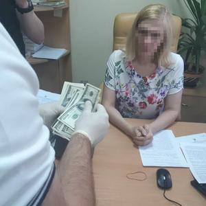 Подозреваемую во взятке киевскую судью отстранили от должности