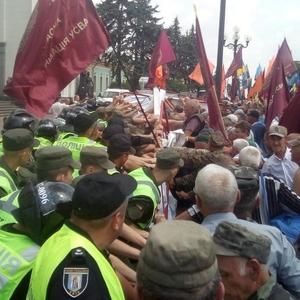 На митинге афганцев и шахтеров штурмуют Раду: стычки и газ
