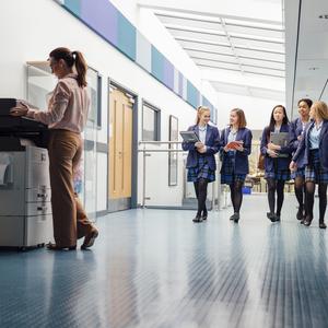 В 40 школах Британии запретили юбки из-за прав трансгендеров