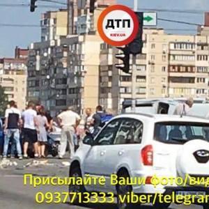 В Киеве Волга въехала в группу людей на тротуаре: 5 пострадавших