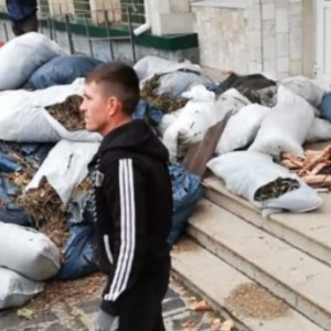 У Миколаєві під райдержадміністрацією висипали вантажівку сміття