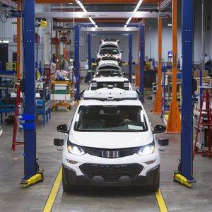 General Motors закрывает в США заводы и сокращает персонал