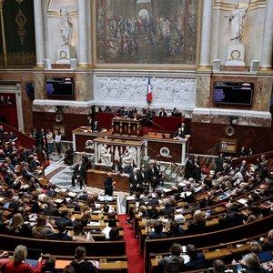 Опрос: работе правительства доверяет треть французов