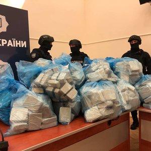 Полицейские принесли на брифинг журналистам 300 кг героина: фото