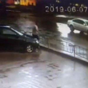 Камера сняла, как полицейский сбил ребенка в Конотопе: видео 18+