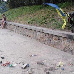 В Киеве повредили мемориал Герою Небесной сотни. Вандал задержан