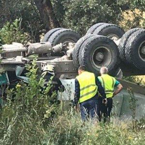 У Харкові з мосту впала вантажівка: фото