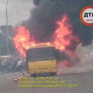 У Києві на Лісовій загорілася маршрутка: фото