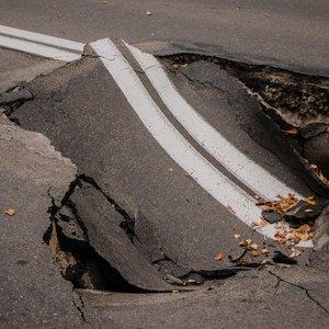 В правительственном квартале Киева провалился асфальт: фото
