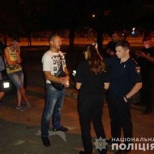 В Киеве мужчина заступился за подростков и получил пулю: видео