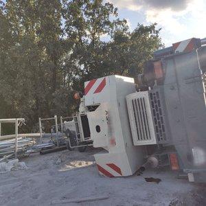 В Киеве при ремонте моста упал строительный кран: видео падения